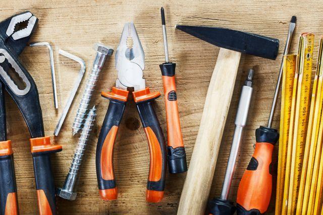Verschiedene Werkzeuge auf Holztisch