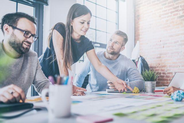 Collaboration Team bespricht Aufgaben und teilt Ideen