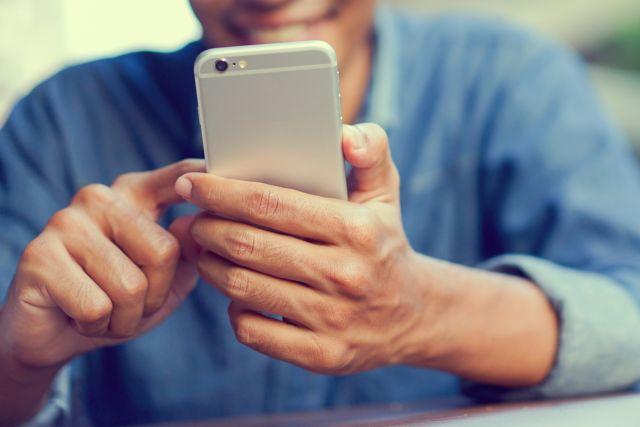 Nutzer eines Smartphones aus der Nähe