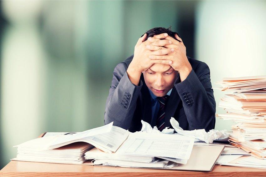 Ein Mann hat viel Chaos am Arbeitsplatz