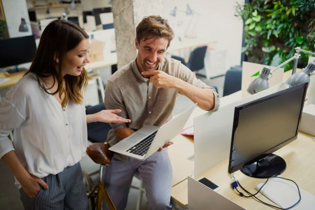 Kollaboration und Analyse durch zwei Geschäftsleute, die im Büro zusammenarbeiten