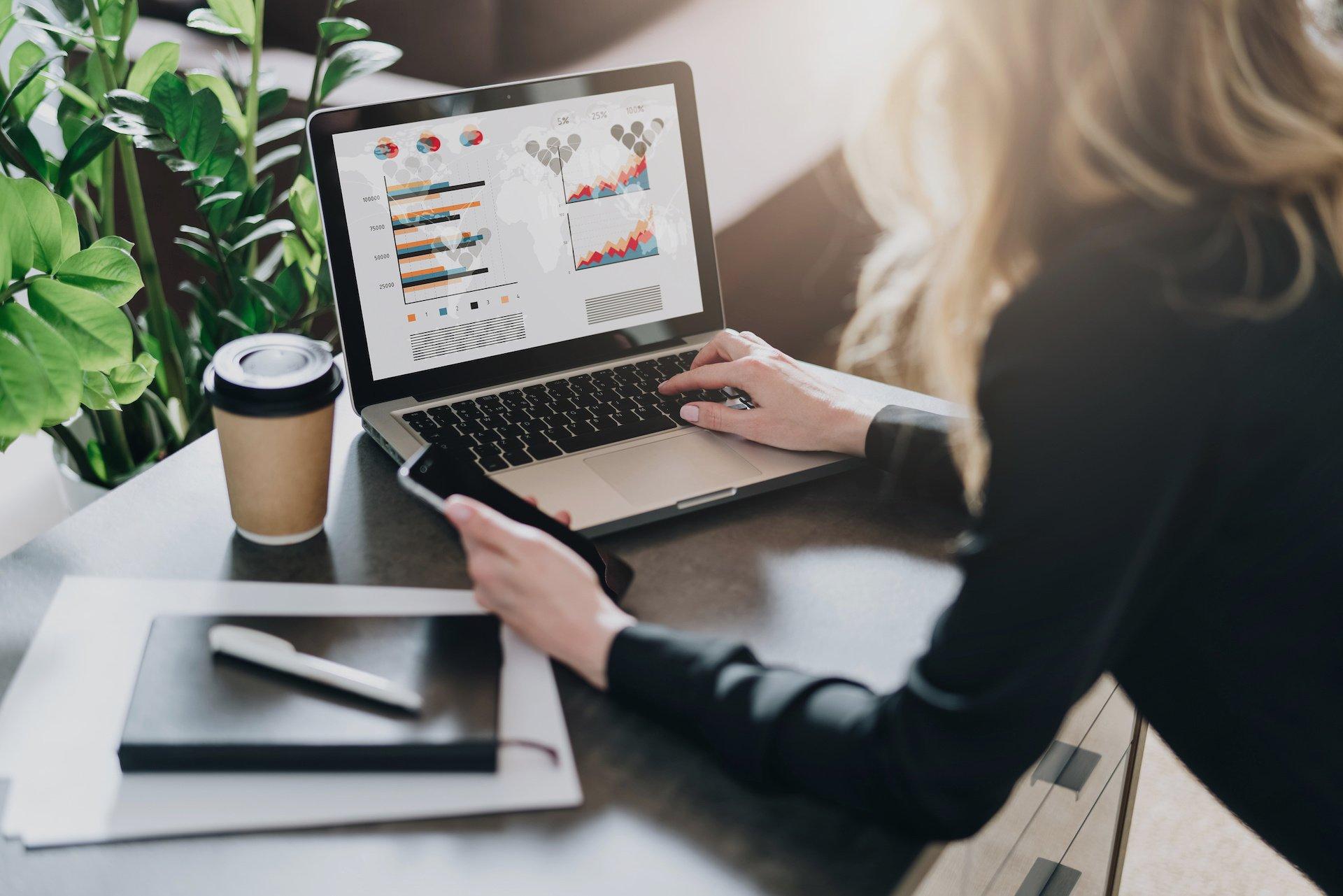 Junge Geschäftsfrau sucht Projektmanagementtool für Mac