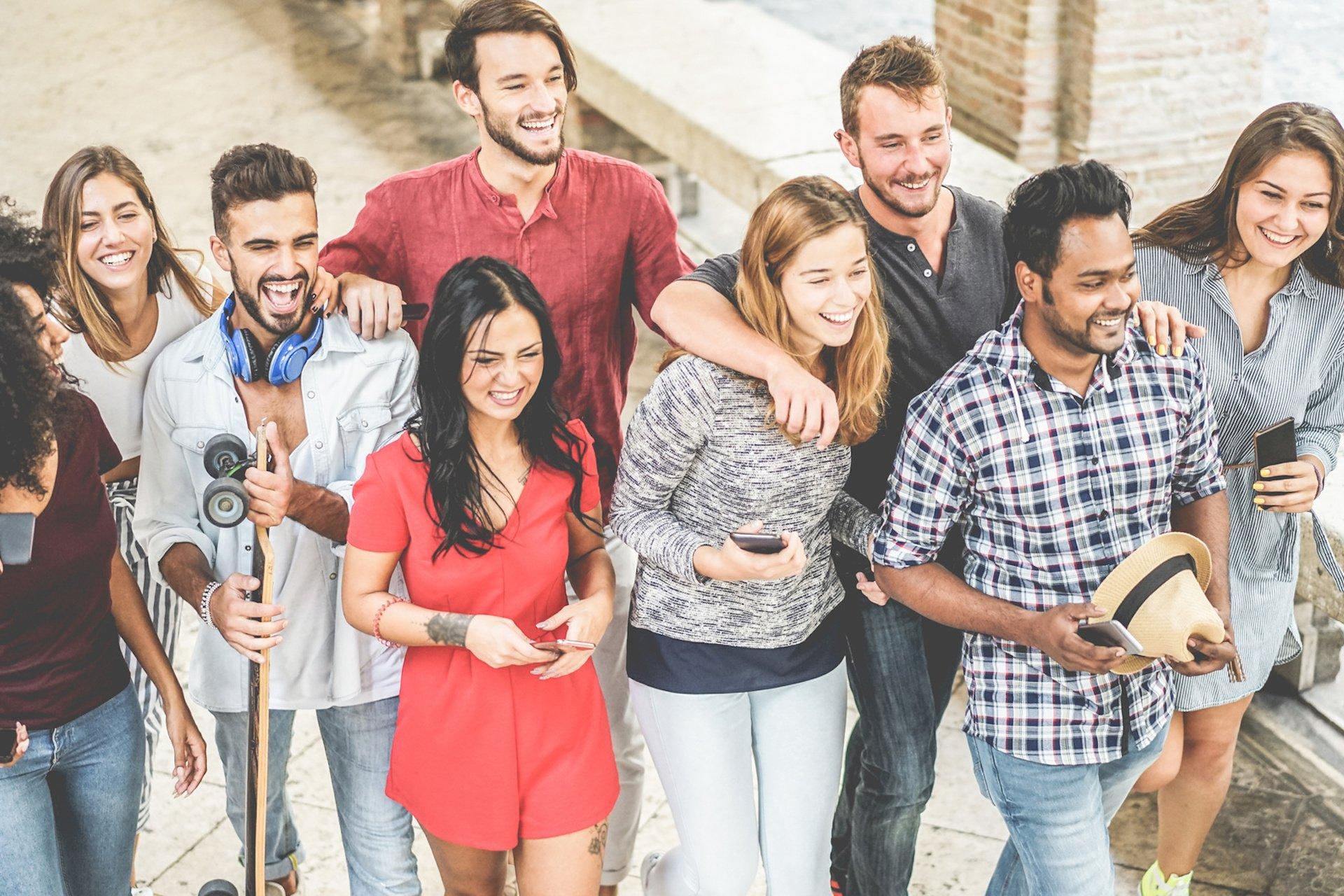 Glückliche junge Menschen voll im Trend 2019