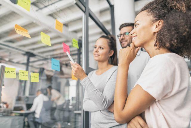 Business Team trifft sich und bespricht Aufgaben im Projektmanagement