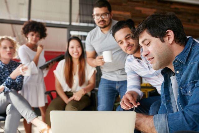 Kreatives Team sucht nach Teamleader-Alternative