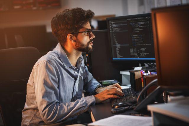 Ein junger Entwickler arbeitet an Software