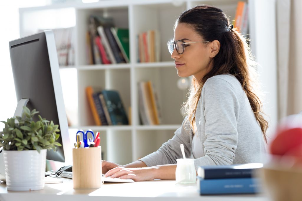 Eine Frau arbeitet von Zuhause