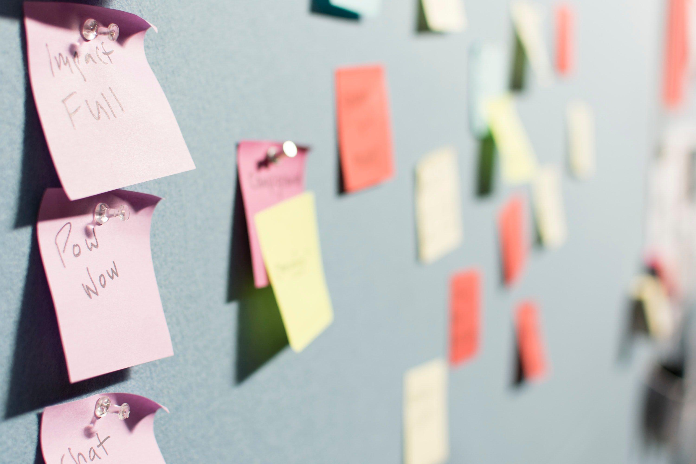 Ein Bild von Notizzetteln auf einer Pinnwand