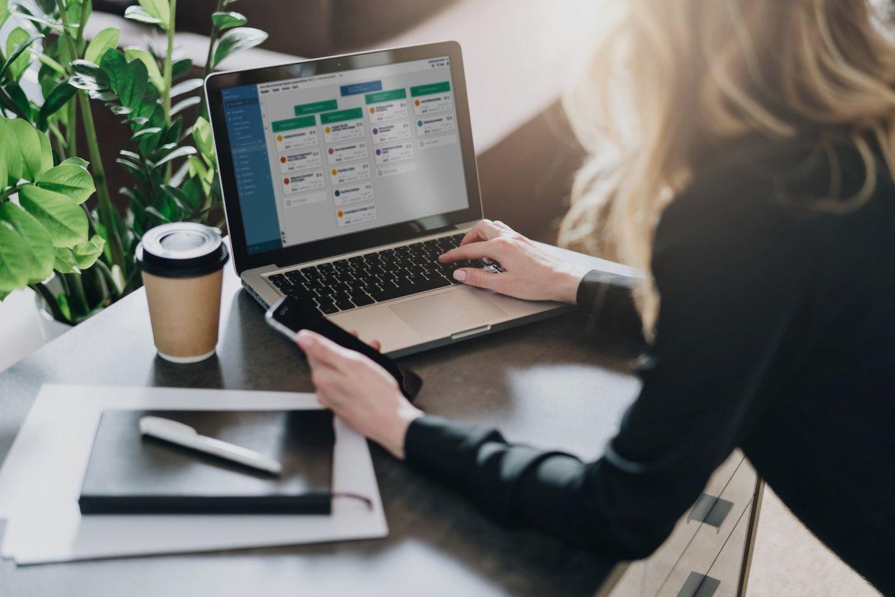 Eine Business-Frau arbeitet an einem PRojektstrukturplan