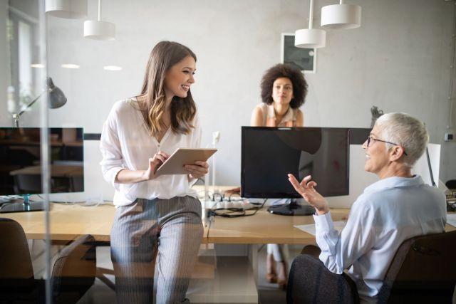 Eine Gruppe erfolgreicher Mitarbeiterinnen im Büro