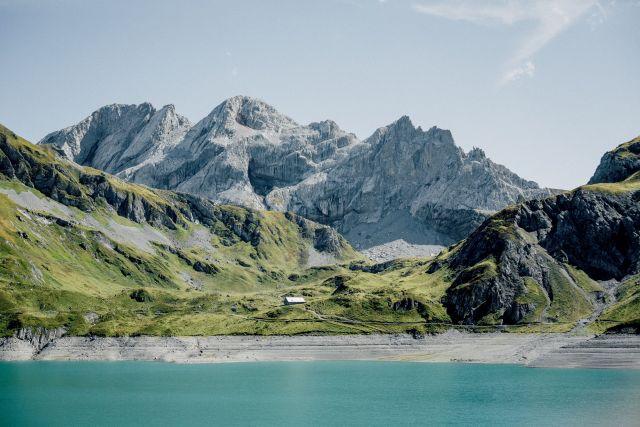Ein Bild der Alpen mit einem See im Vordergrund