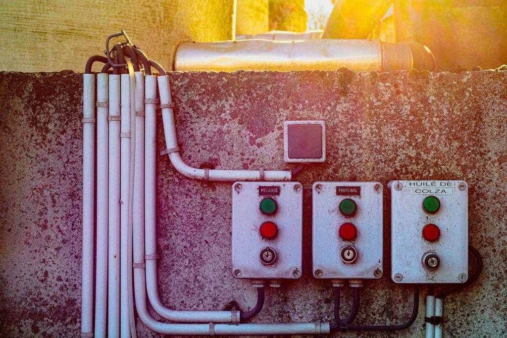 Ein Bild von mehreren elektrischen Schaltern und Kabeln