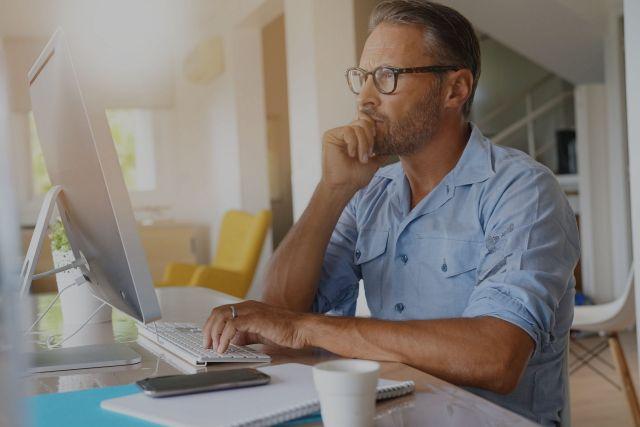 Ein Mann arbeitet aus dem Home Office