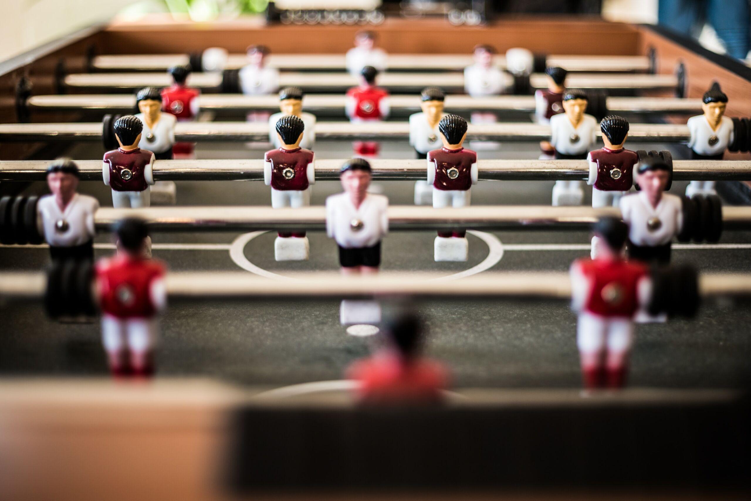 Bild mit einem Kicker Tisch mit roten und weißen Spielern