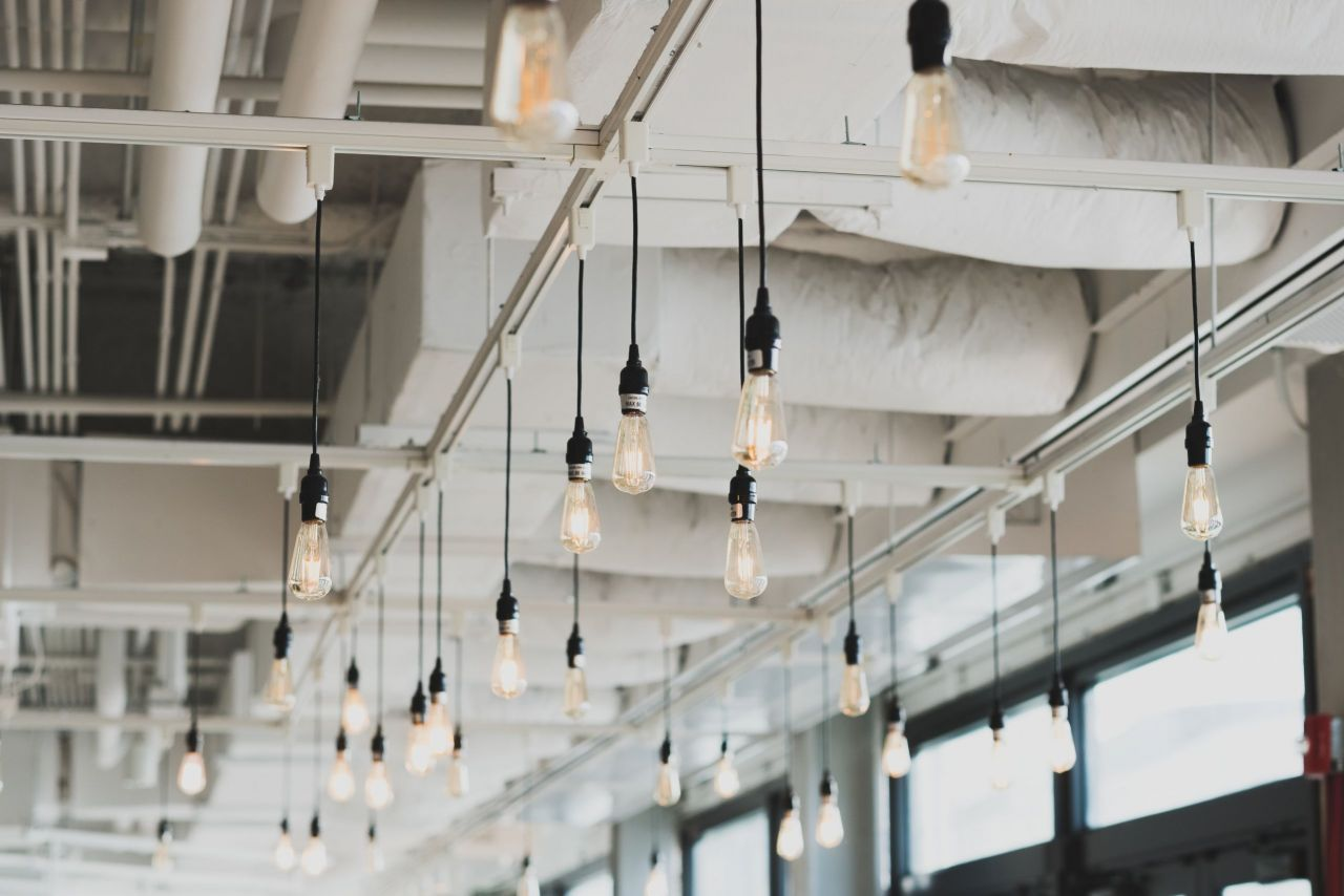 Das Bild einer Decke eines industriellen Raumes mit vielen Lampen