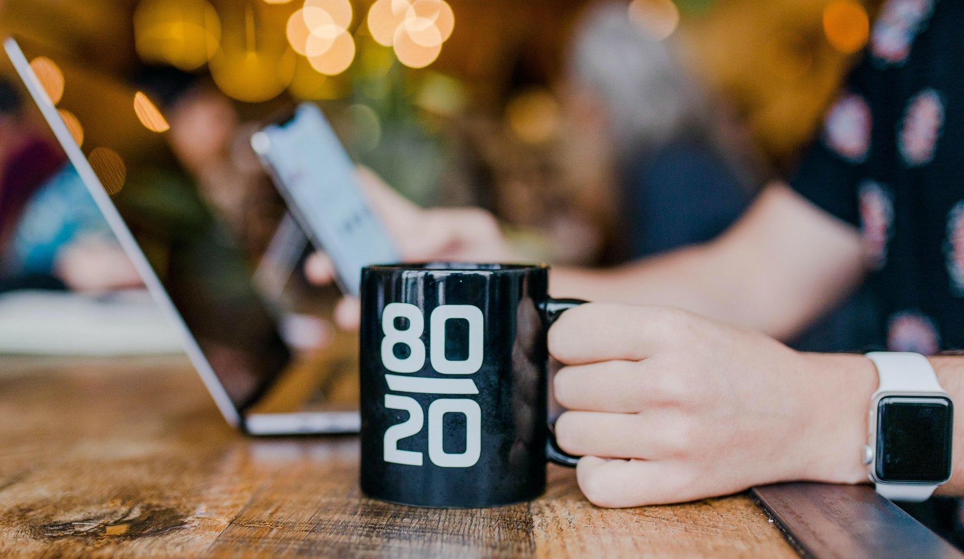 Eine Tasse mit der 80-20-Regel des Pareto-Prinzips