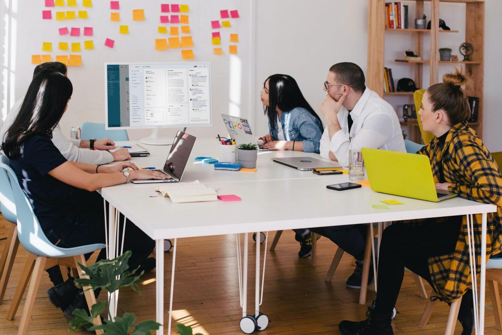 Ein Bild des neuen factro Aufgabendialogs auf einem Monitor bei einem Team-Meeting