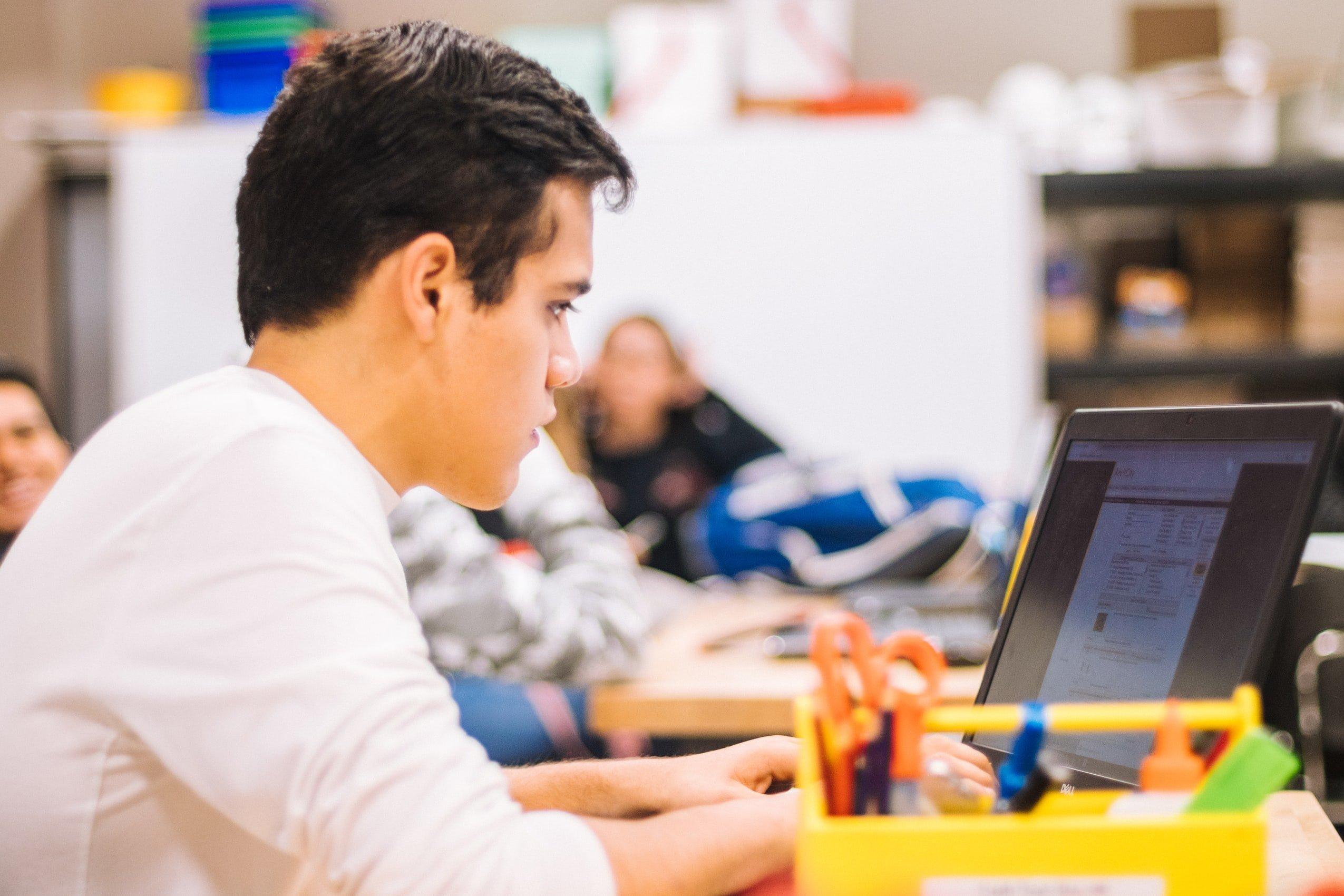 Schüler Laptop Unterricht