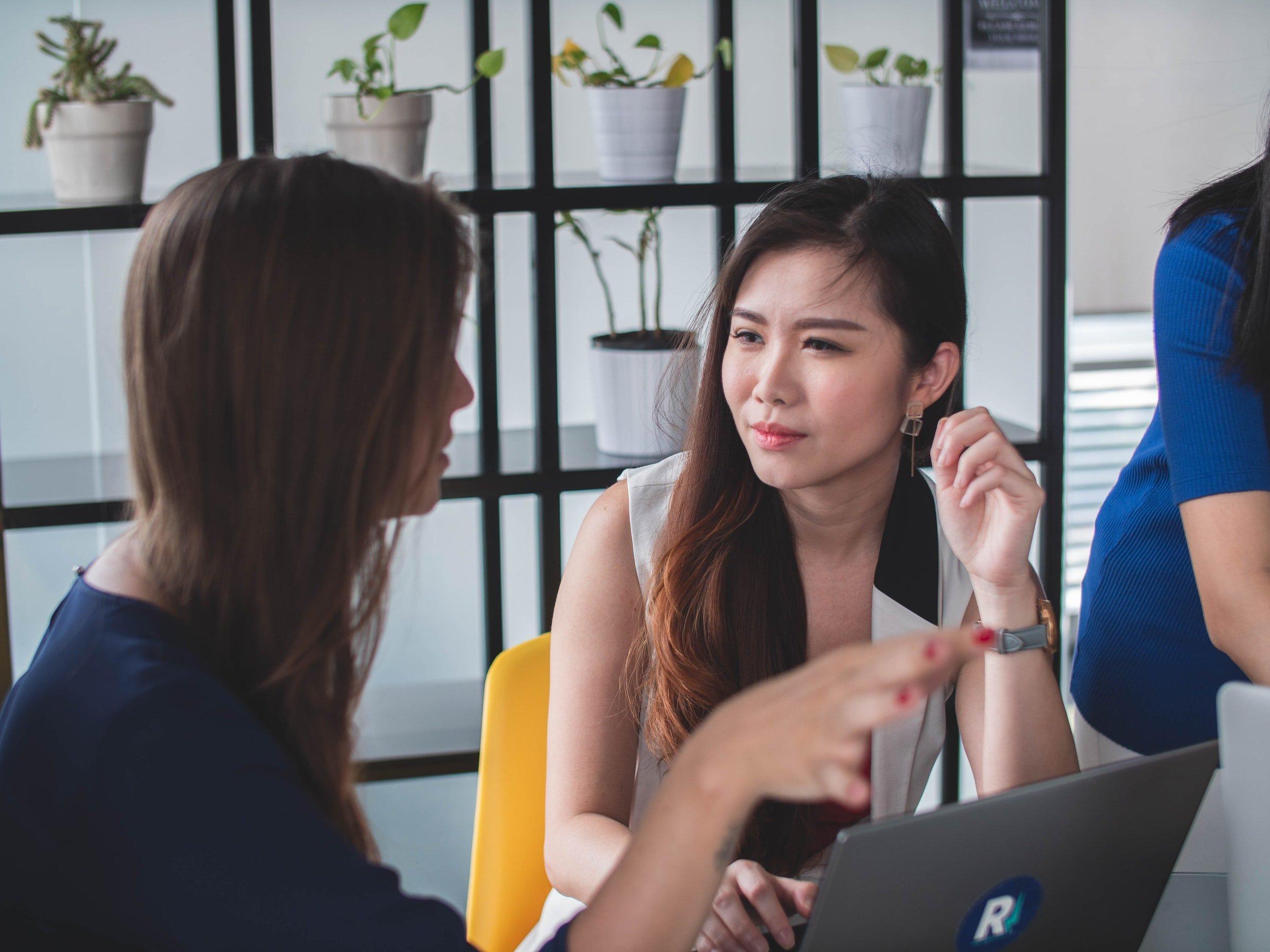 Zwei Frauen besprechen sich am Laptop