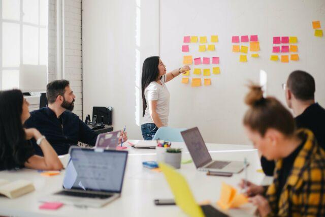 Ein Team arbeitet gemeinsam an einem Projekt
