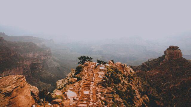 Eine Wüste mit steinigen, risikoreichen Wegen