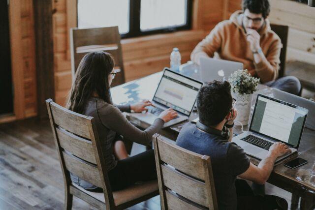 Projektbeteiligte arbeiten als Team zusammen